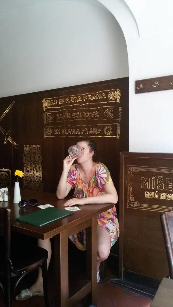 Biertrinkende Frau im Lokal u bille kuzelky Prag