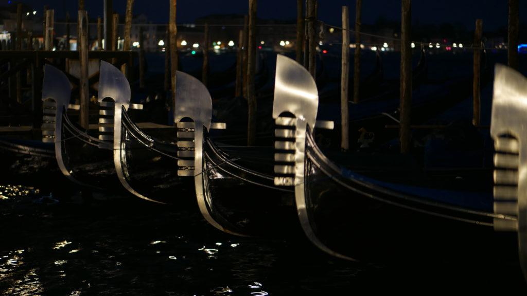 Gondeln bei Nacht. Venedig.