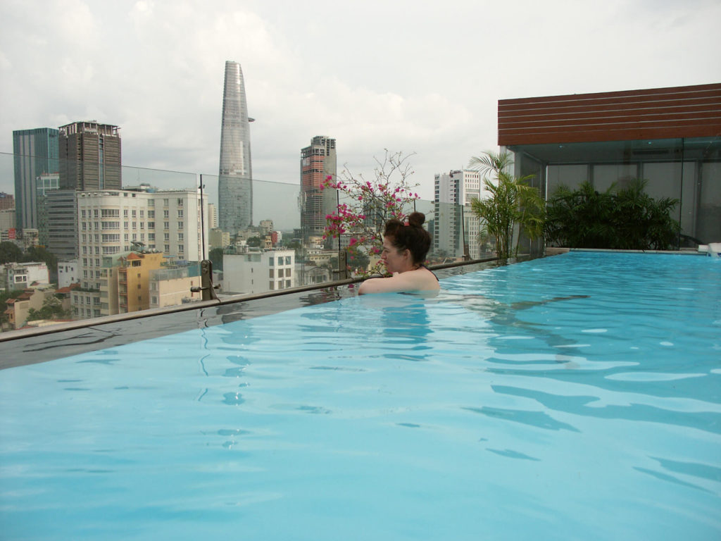 Grand Silverland Hotel Pool am Dach. Vietnam.
