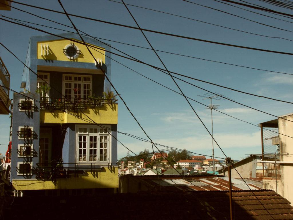 Ein gelb blaues Haus in Da Lat mit unzähligen Kabelleitungen