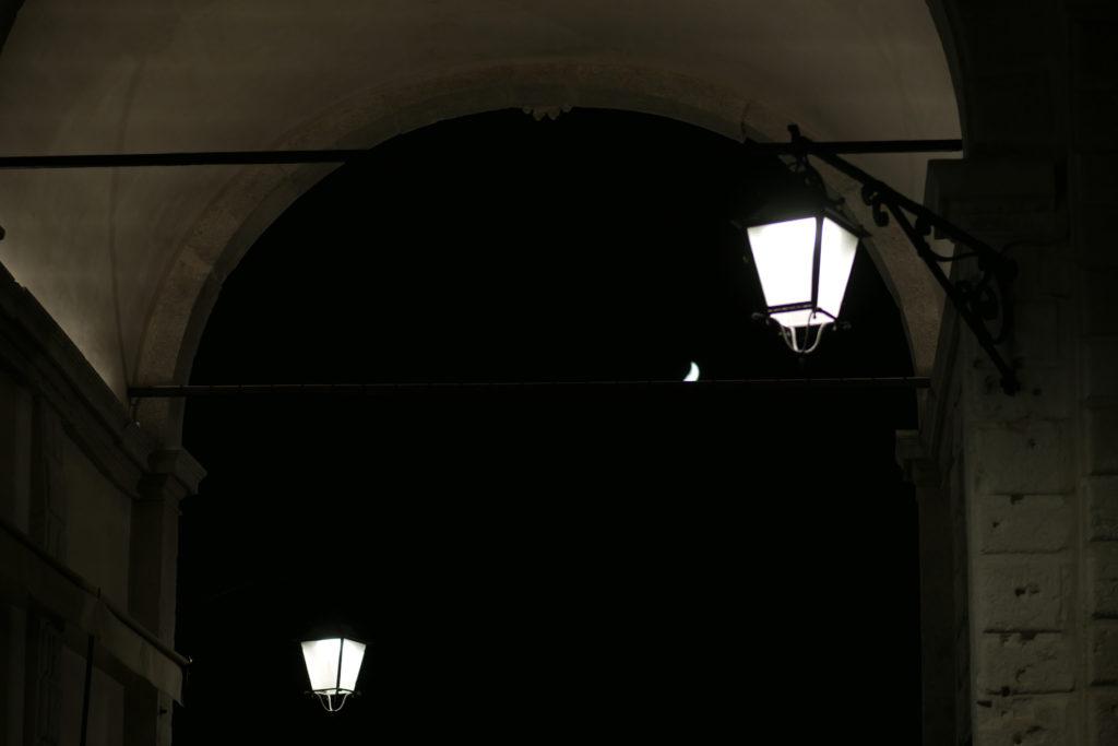Rialto Brücke bei Nacht mit Mond und Laternen