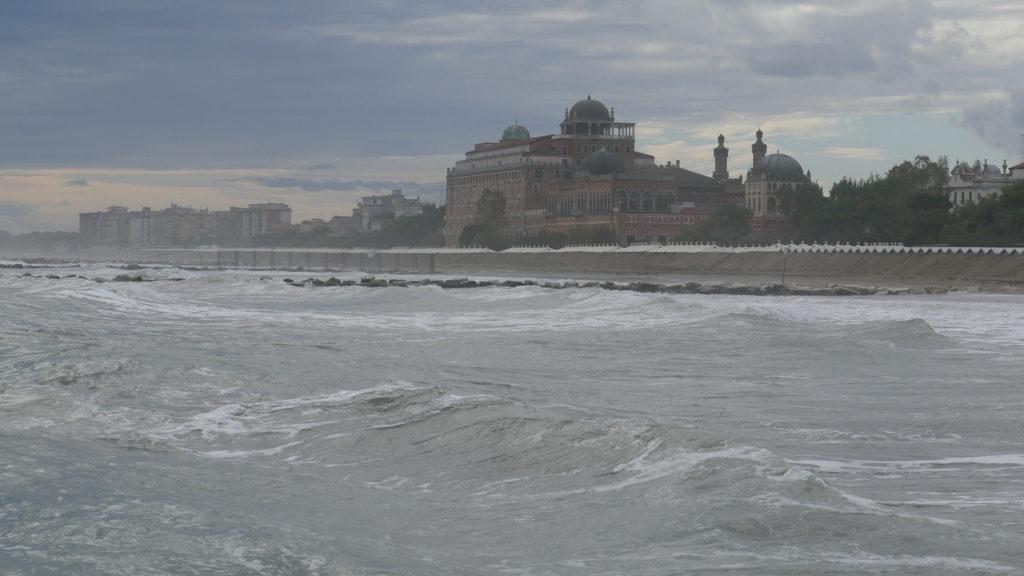 Lido Venedig bei rauer See.