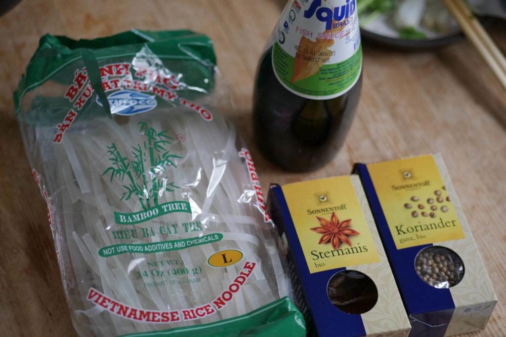 Nudeln und Fisch Sauce