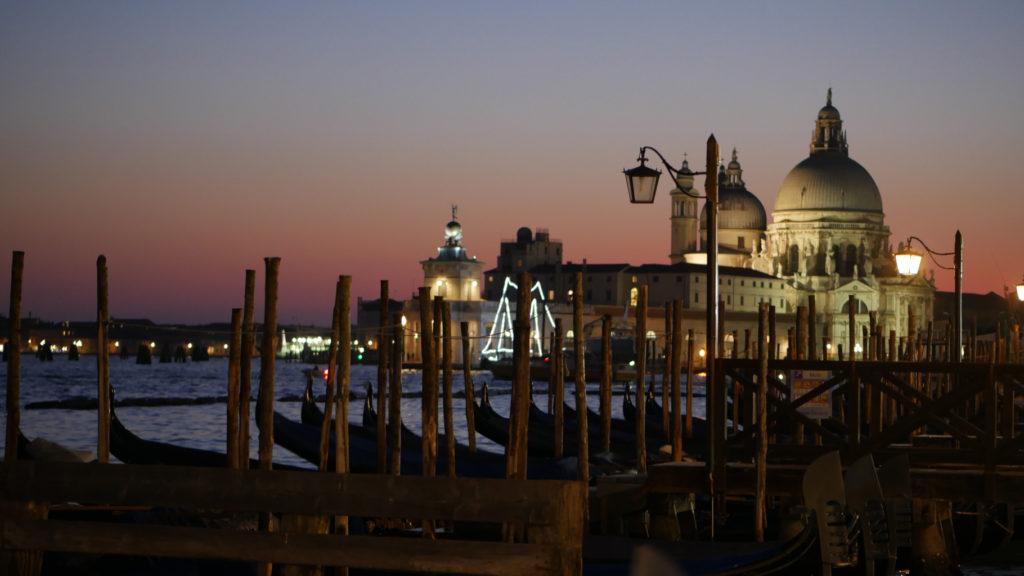 Santa Maria della Salute mit Godeln bei Sonnenuntergang.