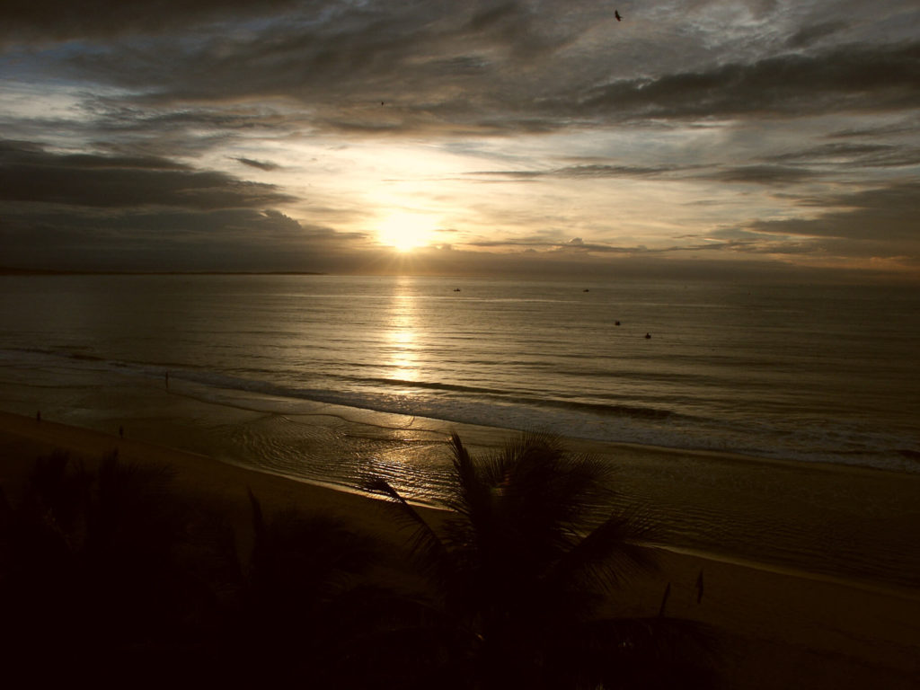 Sonnenaufgang in Mui Ne. Strand und Meer