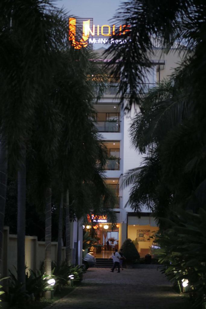 Unique Mui Ne Hotel Einfahrt. Vietnam.