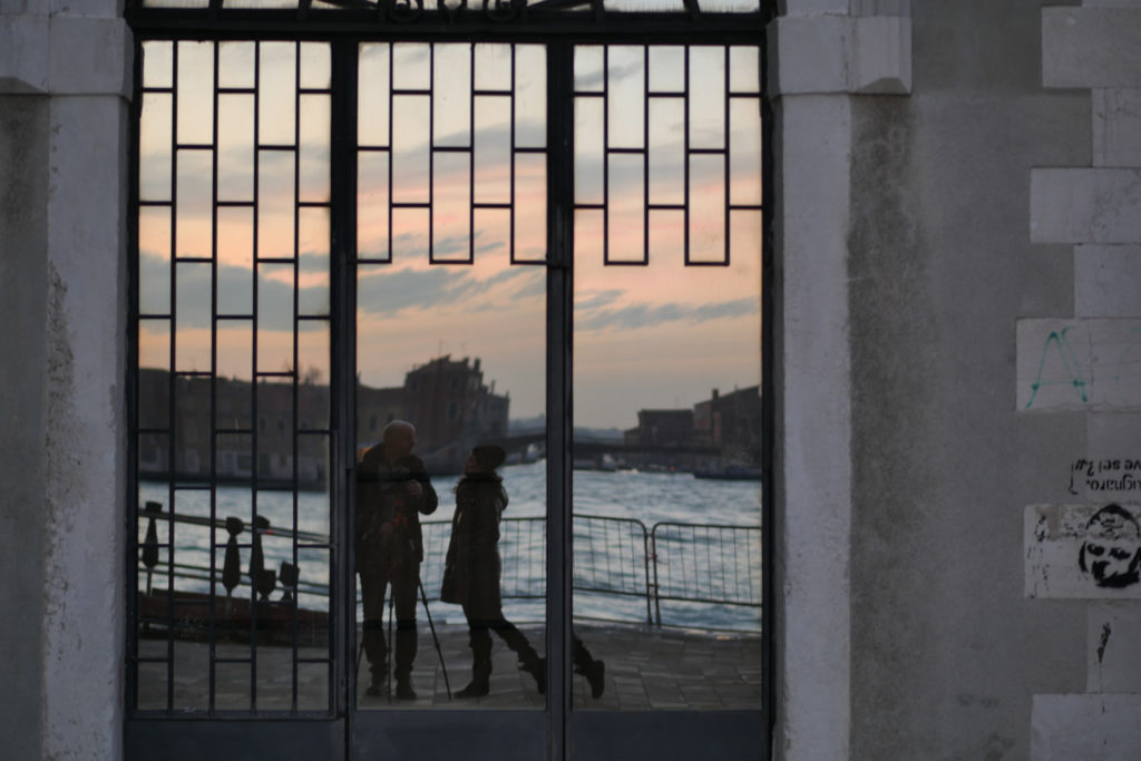 Wir im Spiegel in Venedig.