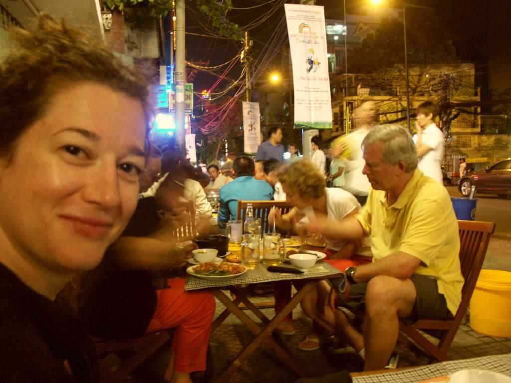 Vietnamesisches Essen. Ein voller Tisch auf dem Gehsteig in Saigon. Vietnam.