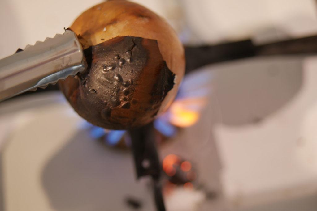 Zwiebel über dem Feuer