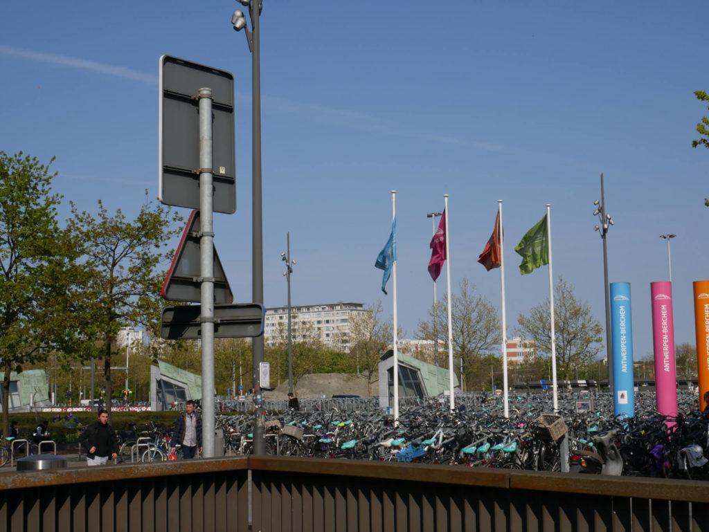 Vor dem Bahnhof Berchem Tausende Fahrräder.