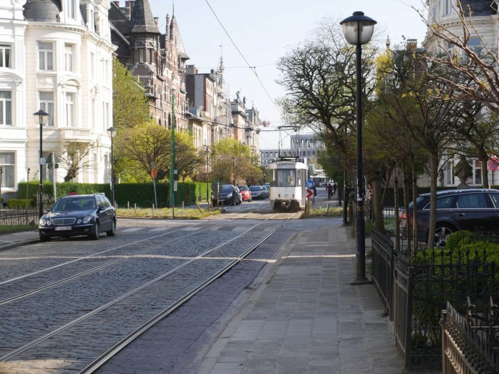 Die berühmte Cogels Osylei Straße in Antwerpen mit einer Straßenbahn.
