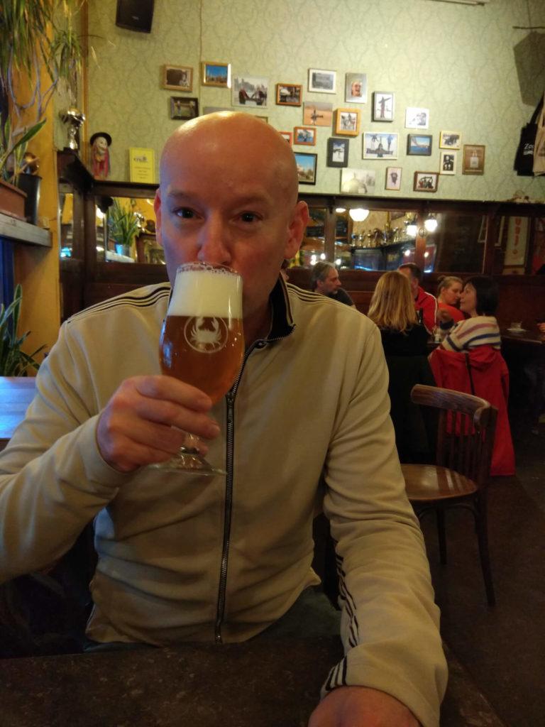 Nicolas Mikulas trinkt ein Krabbenbier in der Zeesicht.