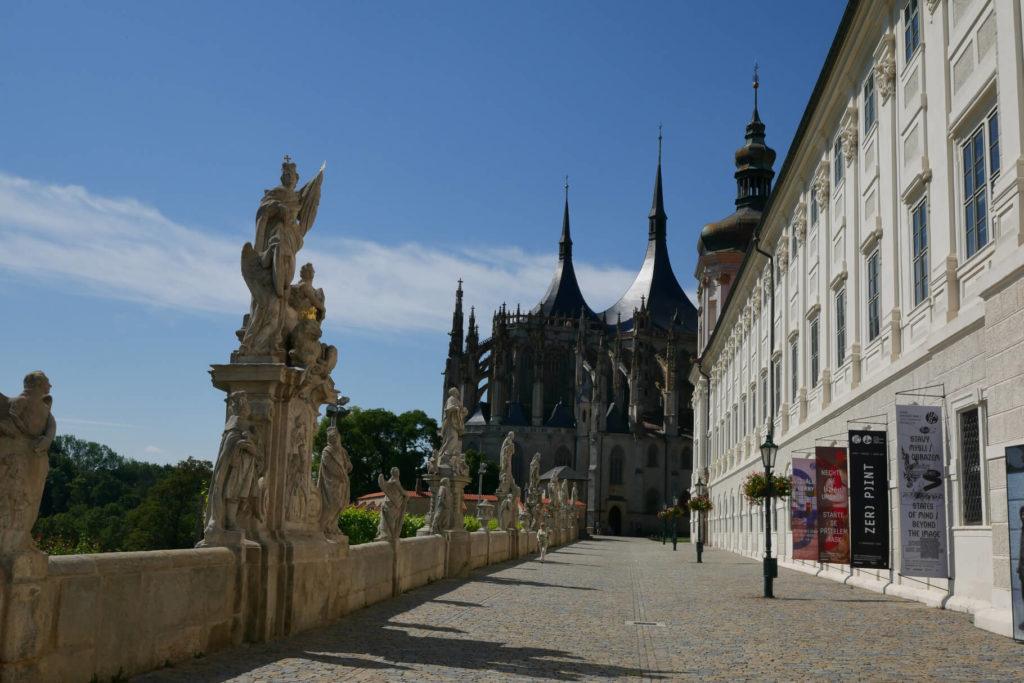 Jesuitenkolleg mit Blick auf den Dom der Heiligen Barbara. Kutna Hora.